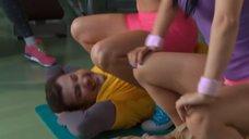11. Сара Окс и Екатерина Мадалинская занимаются в тренажерном зале – Счастливый конец