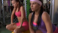 14. Сара Окс и Екатерина Мадалинская занимаются в тренажерном зале – Счастливый конец