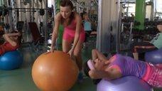 3. Сара Окс и Екатерина Мадалинская занимаются в тренажерном зале – Счастливый конец
