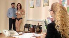 4. Сара Окс прикрывает голую грудь чашками – Счастливый конец