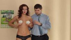 Сара Окс прикрывает голую грудь чашками