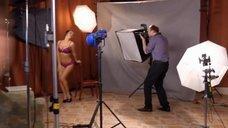 6. Сара Окс позирует в нижнем белье перед фотографом – Счастливый конец