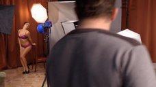 7. Сара Окс позирует в нижнем белье перед фотографом – Счастливый конец