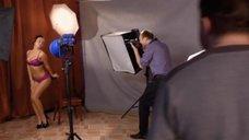 8. Сара Окс позирует в нижнем белье перед фотографом – Счастливый конец