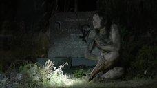 Испуганная Ханна Монсон без одежды