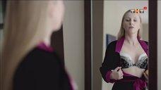 1. Ольга Медынич оценивает свой бюст перед зеркалом – Сладкая жизнь