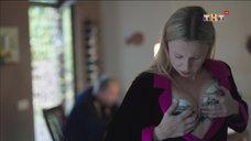 10. Ольга Медынич оценивает свой бюст перед зеркалом – Сладкая жизнь