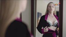 Ольга Медынич оценивает свой бюст перед зеркалом