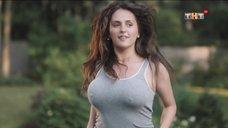 Мария Шумакова трясет грудью, прыгая на батуте