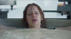 1. Интимная сцена с Дарьей Белоусовой под душем – Сладкая жизнь