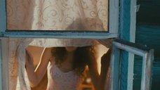 Анастасия Городенцева в ночнушке выглядывает в окно