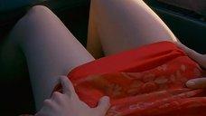 2. Настасья Кински заигрывает, оголяя ножки в машине – Роковые письма