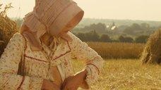 1. Настасья Кински кормит грудью малыша в поле – Тэсс