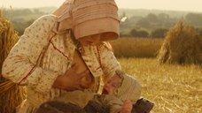 2. Настасья Кински кормит грудью малыша в поле – Тэсс