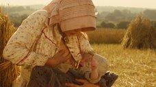Настасья Кински кормит грудью малыша в поле