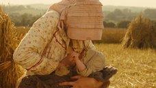 4. Настасья Кински кормит грудью малыша в поле – Тэсс