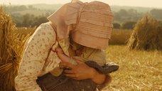 5. Настасья Кински кормит грудью малыша в поле – Тэсс