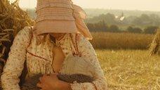 6. Настасья Кински кормит грудью малыша в поле – Тэсс