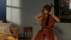Обнаженная Настасья Кински играет на виолончели