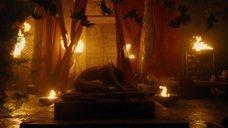 Обнаженная София Бутелла в древнеегипетском ритуале