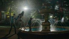 Связанная Яна Кошкина в белье у фонтана