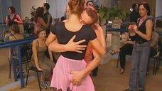 Елену Бирюкову хватают за попу во время танца