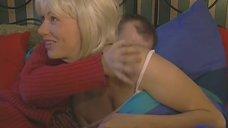 Елене Бирюковой целуют спину