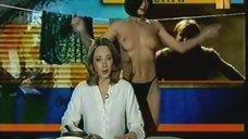 Брюнетка раздевается во время эфира передачи «Голая правда»