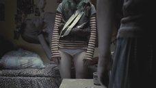 Мария Шалаева снимает штаны