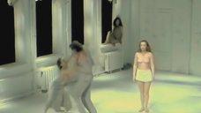 Голая грудь Ирины Тычининой в спектакле «Клаустрофобия»