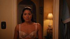 Секси Джина Родригез снимает платье