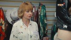 1. Женщина сняла с себя платье в магазине – Улица