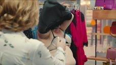 2. Женщина сняла с себя платье в магазине – Улица