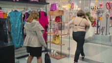 5. Женщина сняла с себя платье в магазине – Улица