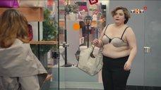 Женщина сняла с себя платье в магазине