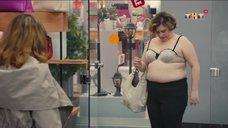 8. Женщина сняла с себя платье в магазине – Улица