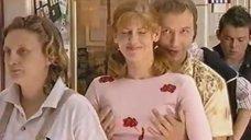 Елену Бирюкову лапают за грудь