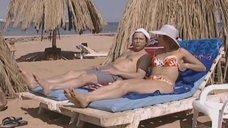 Елена Бирюкова загорает на пляже