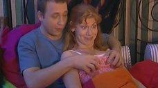 Елене Бирюковой сжимают грудь