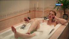 Лариса Маршалова принимает ванну