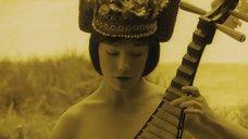1. Обнаженная Дарья Мороз играет на музыкальном инструменте – Нанкинский пейзаж