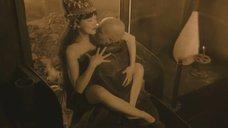 Эротическая сцена с Дарьей Мороз