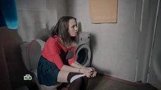 Яна Енжаева сидит на унитазе