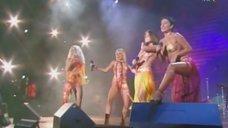Группа «Блестящие» в откровенных нарядах на концерте