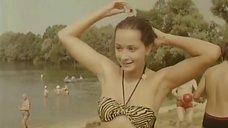 Ольга Кабо в купальнике на пляже