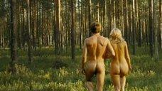 Обнаженная Мария Гончар в лесу