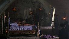Фанни Ардан без одежды лежит на кровати