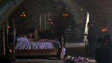 3. Фанни Ардан без одежды лежит на кровати – Елизавета