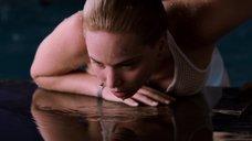 18. Дженнифер Лоуренс плавает в бассейне в невесомости – Пассажиры