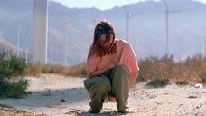 Екатерина Голубева писяет в пустыне